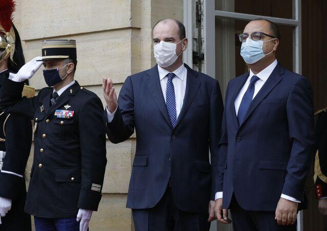 Le Premier ministre français Jean Castex accueille le chef du gouvernement tunisien Hichem Mechichi à l'hôtel Matignon, le 14 décembre 2020.