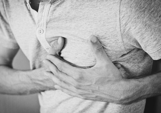 Un homme souffrant de douleur cardiaque
