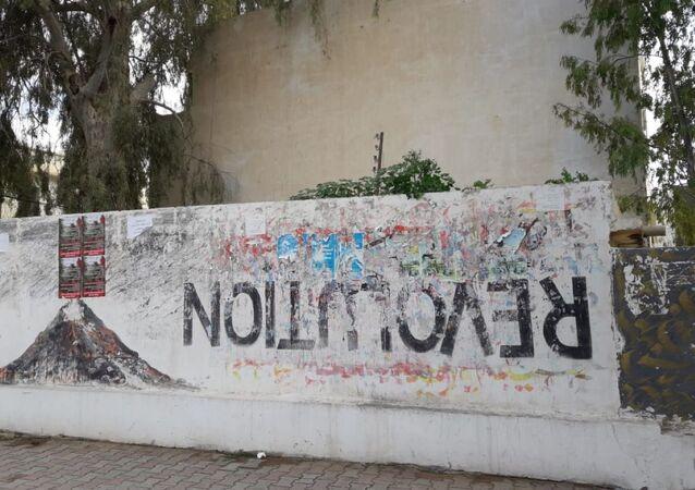 Graffiti sur le boulevard Mohamed Bouazizi, au centre-ville de Sidi Bouzid.