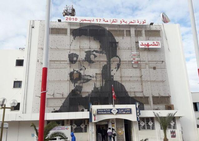 Portrait de Mohamed Bouaziz sur la façade de la poste, en centre-ville de Sidi Bouzid.