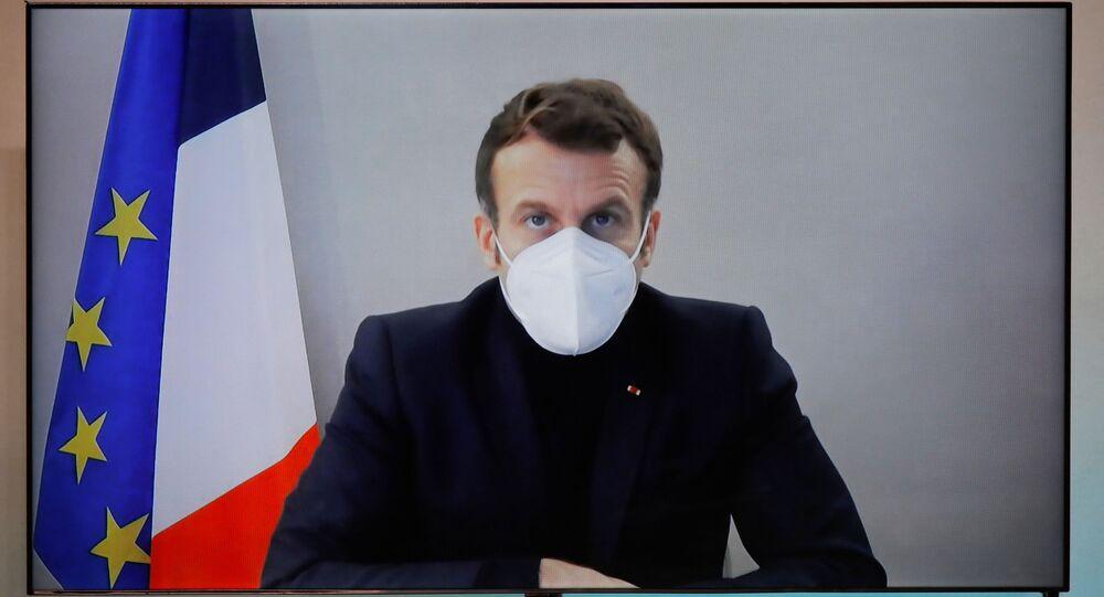Emmanuel Macron participe à une visioconférence après qu'il a été testé positif au Covid-19