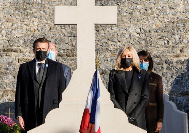 Emmanuel Macron et Brigitte Macron à Colombey-les-Deux-Eglises devant la tombe du général De Gaulle, le 9 novembre 2020
