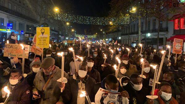 Action des sans-papiers à Paris pour la journée internationale des migrants, le 18 décembre 2020 - Sputnik France