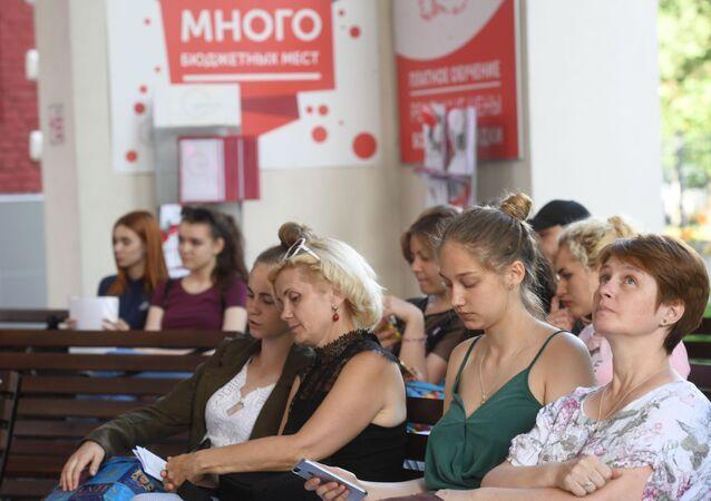 Des candidats à l'admission avec leurs parents à l'Université pédagogique de la ville de Moscou