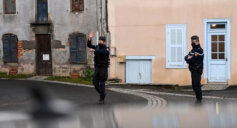 Des gendarmes dans une rue de Saint-Just le 23 décembre, commune où trois gendarmes ont été tués par un forcené