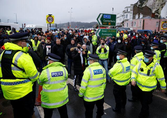 Des conducteurs en face de la police britannique à Douvres, le 23 décembre 2020