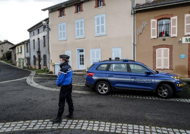 Une femme gendarme devant la mairie de Saint-Just