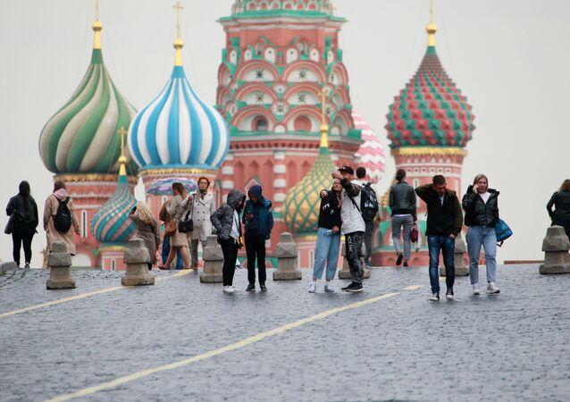 Des passants sur la place Rouge, le 8 octobre 2020