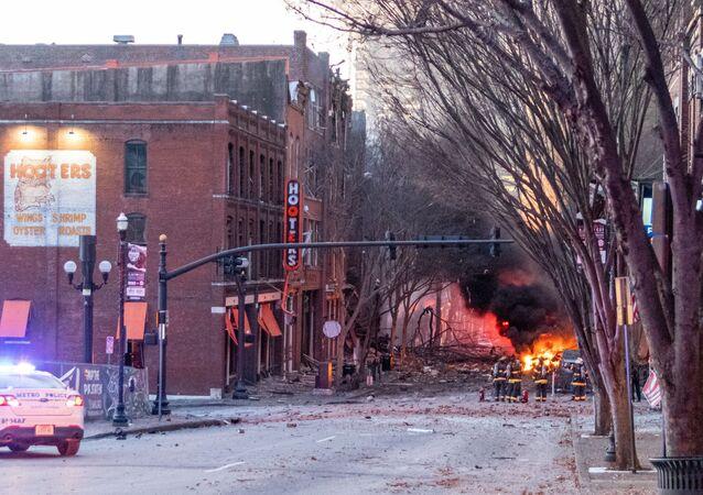Des débris jonchent la route à proximité du lieu d'une explosion à Nashville, le 25 décembre 2020
