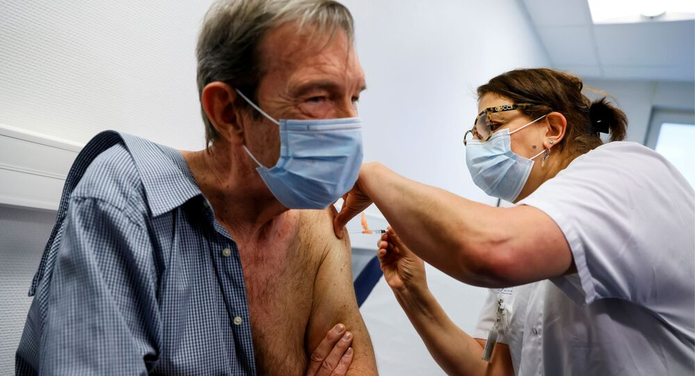 Le cardiologue Jean-Jacques Monsuez, premier soignant vacciné en France contre le nouveau coronavirus
