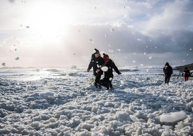 une mer d'écume après le passage de Bella, le 28 décembre 2020, La Torche