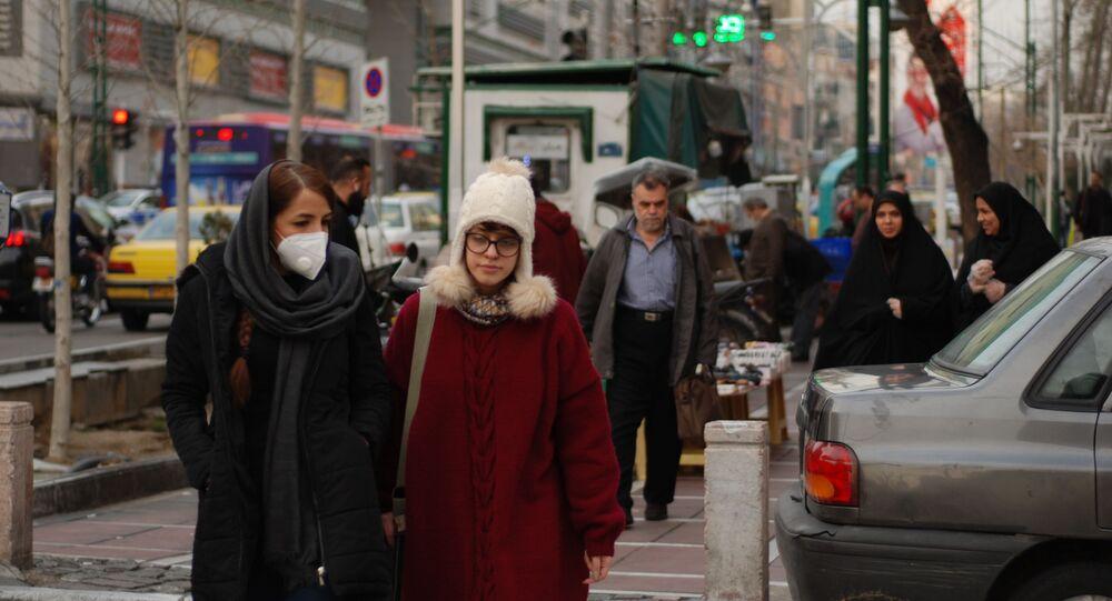 Des habitants de Téhéran marchent dans une rue centrale en portant des masques médicaux. Les autorités iraniennes ont annoncé pour la première fois l'infection par le coronavirus le 19 février. L'infection a commencé dans la ville de Qom, un lieu de pèlerinage pour les musulmans chiites.