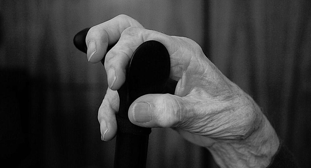 Une personne âgée, image d'illustration