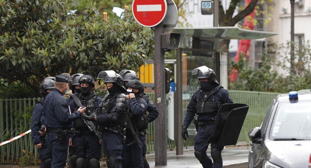 La police sur les lieux de l'attaque au couteau perpétrée non loin des anciens locaux de Charlie Hebdo à Paris, 25 septembre 2020