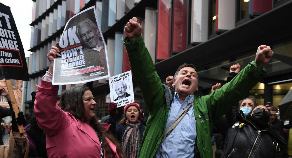 Les partisans de Julian Assange devant un tribunal à Londres