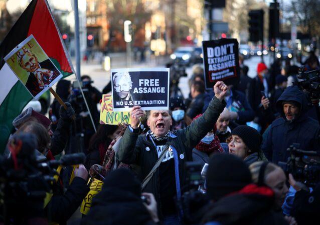 Des manifestants réclamant la libération de Julian Assange devant le tribunal d'instance de Westminster, le 6 janvier