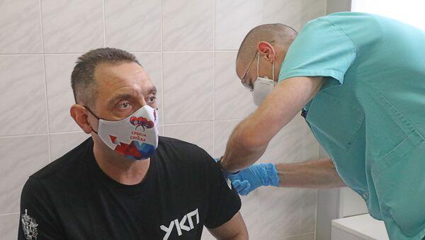 Le ministre serbe de l'Intérieur Aleksandar Vulin reçoit le vaccin Spoutnik V à Belgrade - Sputnik France