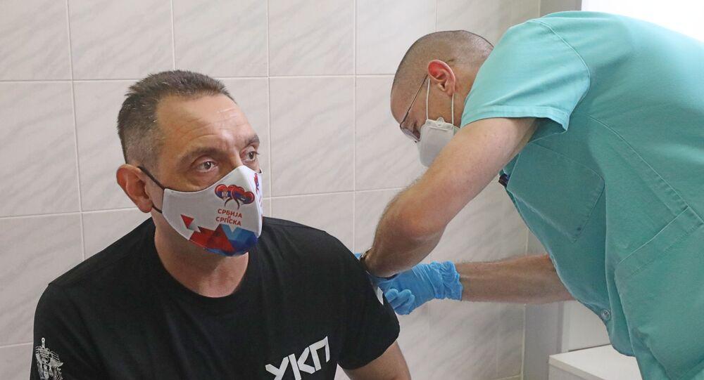 Le ministre serbe de l'Intérieur Aleksandar Vulin reçoit le vaccin Spoutnik V à Belgrade