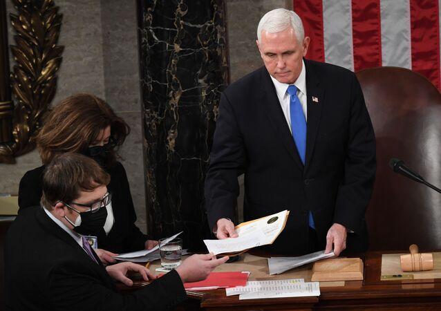 Le vice-Président américain Mike Pence préside une séance extraordinaire du Congrès destinée à enregistrer officiellement les résultats de la présidentielle, le 6 janvier