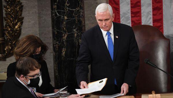 Le vice-Président américain Mike Pence préside une séance extraordinaire du Congrès destinée à enregistrer officiellement les résultats de la présidentielle, le 6 janvier - Sputnik France