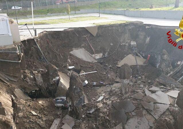 Une vue sur le trou produit par l'explosion survenue près de l'hôpital Ponticelli à Naples