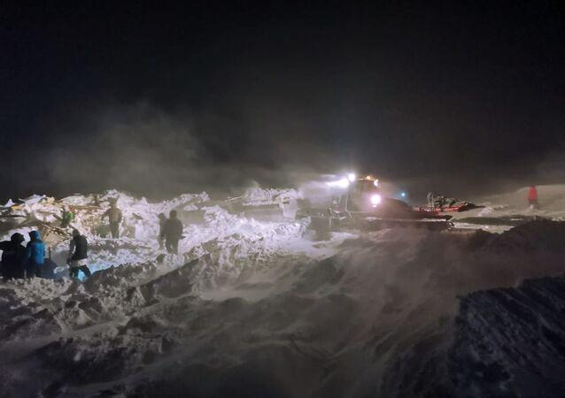 Des secouristes mènent une opération de recherche et de sauvetage suite à une avalanche qui a frappé une station de ski près de Norilsk en Sibérie