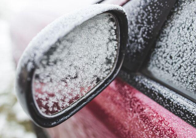 Voiture recouverte de neige