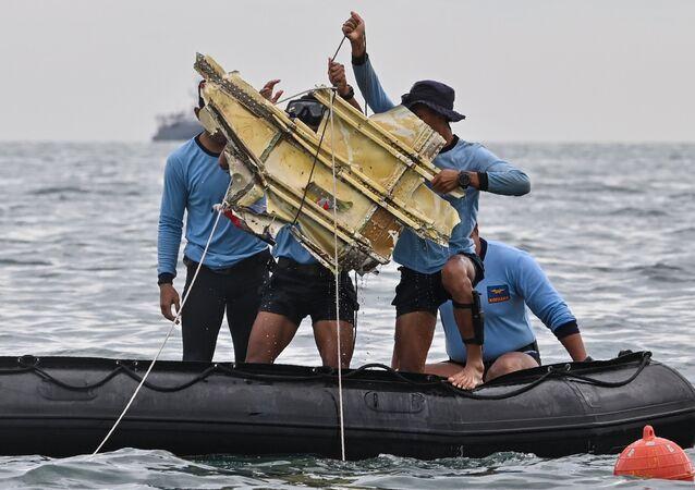 Des plongeurs indonésiens étudient ce qui peuvent être des débris du vol SJ182 de Sriwijaya Air, le 10 janvier 2021