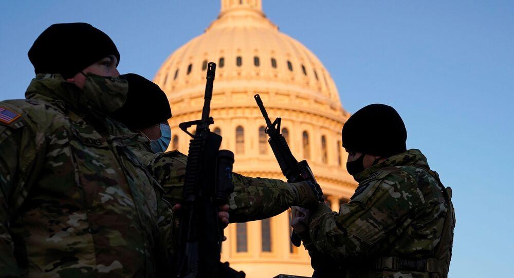 Des agents de la Garde nationale venus protéger le vote sur l'impeachment de Donald Trump au Capitole, le 13 janvier