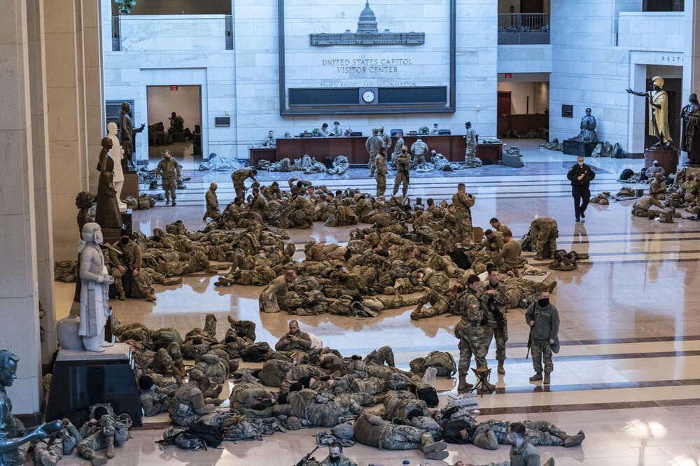 Des gardes nationaux US dans le Capitole à Washington