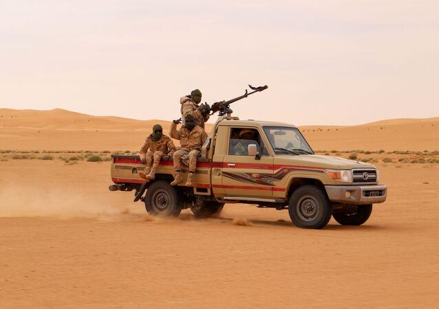 Des soldats nigériens patrouillent.