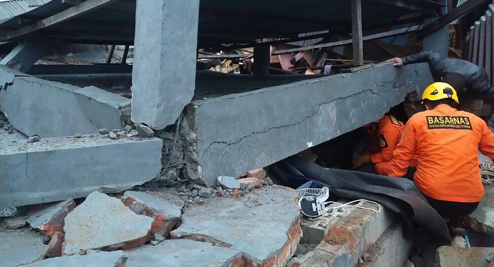 Les sauveteurs recherchent les survivants sous les décombres des bâtiments détruits par le séisme sur l'île indonésienne de Célèbes