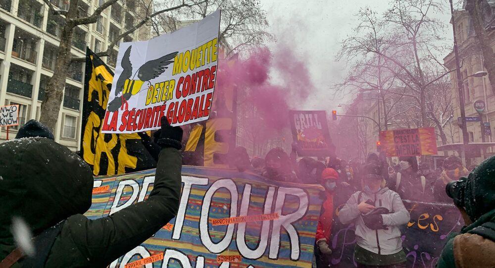 Des manifestants contre la loi Sécurité globale se rassemblent à Paris, 16 janvier 2021