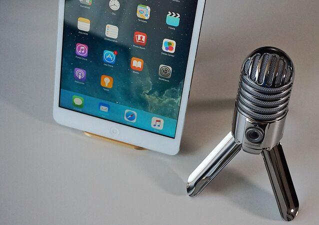 Un microphone et une tablette