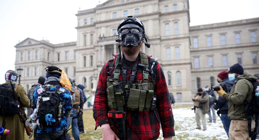 Un homme armé près du Capitole du Michigan, le 17 janvier