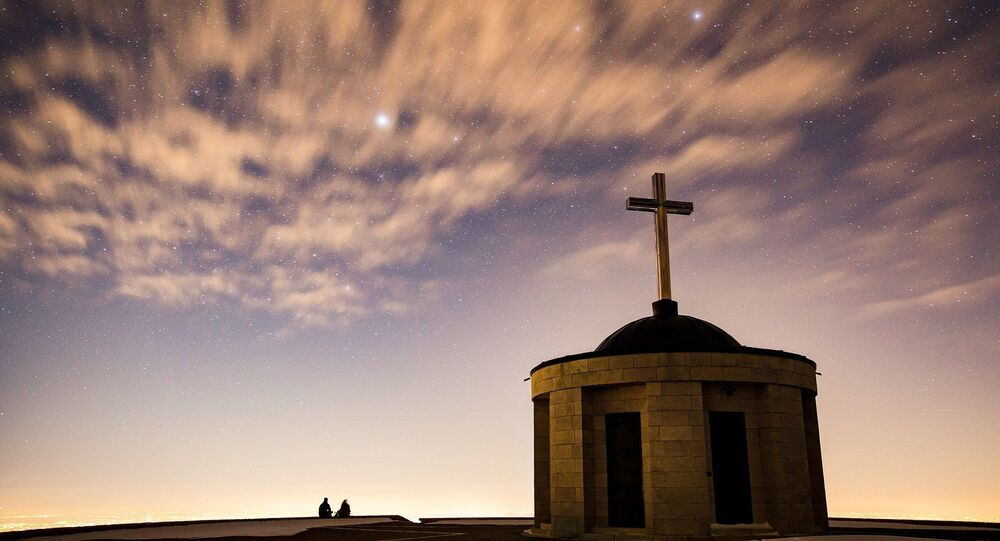 Croix sur fond de ciel étoilé