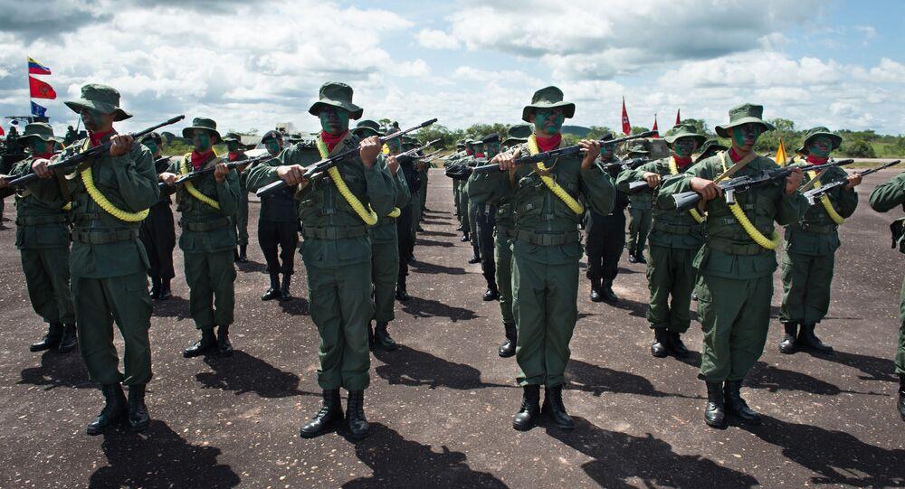 Membres de l'armée vénézuélienne lors d'une parade militaire à Tumeremo, Etat de Bolivar, au Venezuela, à 90 km de la frontière avec le Guyana le 21 juillet 2015. AFP PHOTO / FEDERICO PARRA (Photo by FEDERICO PARRA / AFP)