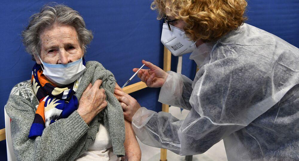 Une Française vaccinée contre le Covid-19