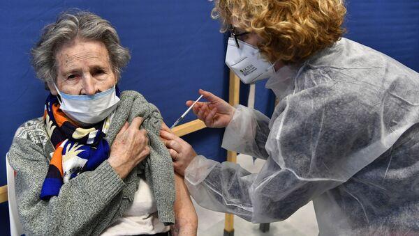 Une Française vaccinée contre le Covid-19, image d'illustration - Sputnik France