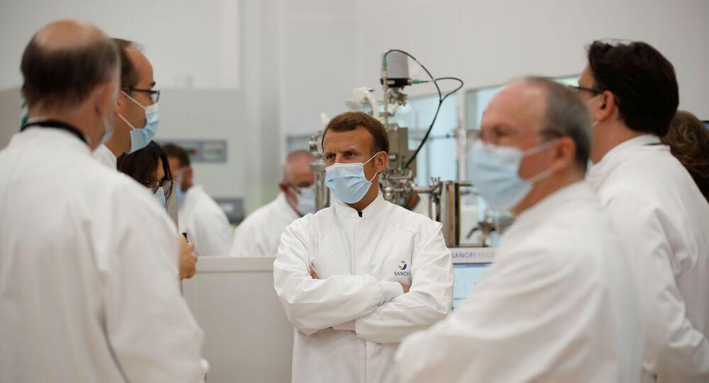Emmanuel Macron en visite sur site industriel de développement du vaccin du laboratoire Sanofi, à Marcy-l'Etoile, le 14 juin 2020
