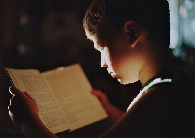 Garçon avec un livre
