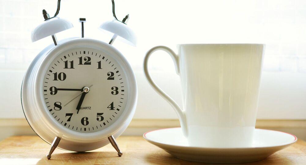 Un réveil et une tasse