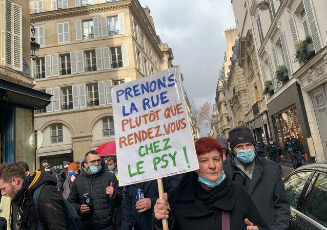 Des manifestants contre les licenciements se rassemblent ce samedi à Paris près de l'Assemblée nationale, 23 janvier 2021