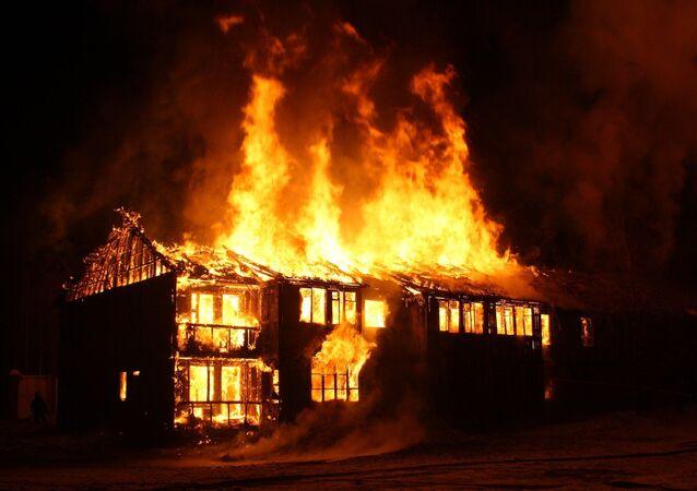 Une maison en feu (image d'illustration)