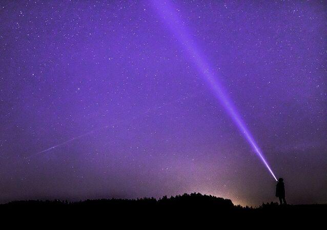 Lumière dans le ciel, image d'illustration