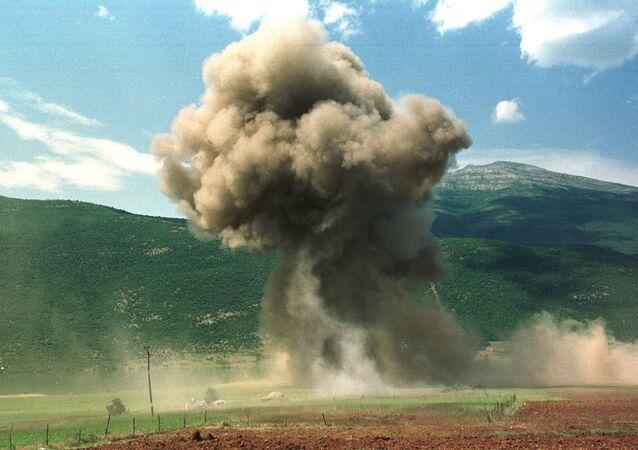 De la fumée d'élève après un bombardement de l'Otan lors de la guerre du Kosovo en 1999
