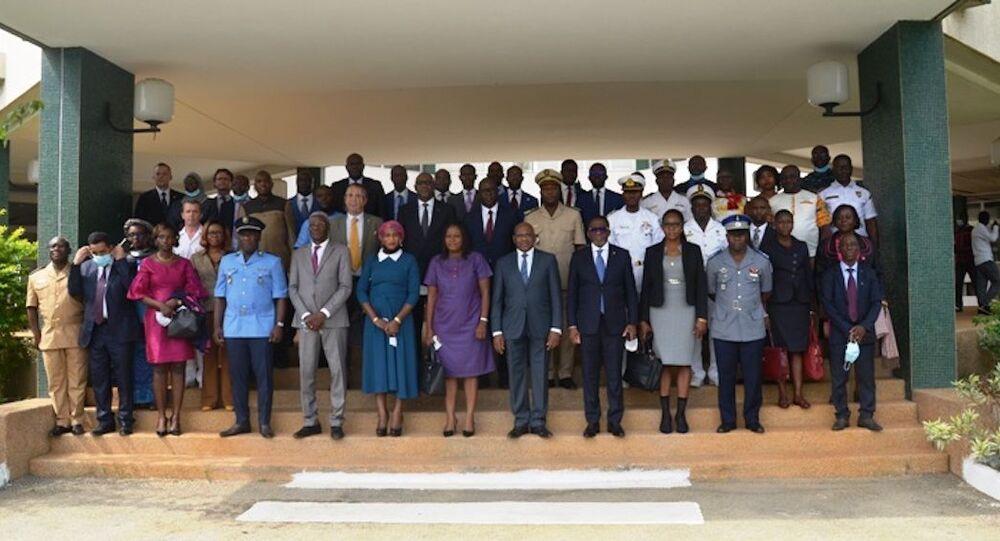 Les officiels et l'ensemble des participants à la cérémonie de lancement du projet Formar, à Abidjan