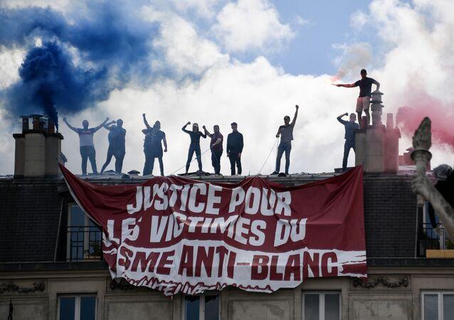 Des membres de Génération identitaire déploient une banderole pendant une manifestation du Comité Adama Traoré, place de la République à Paris, le 13 juin 2020