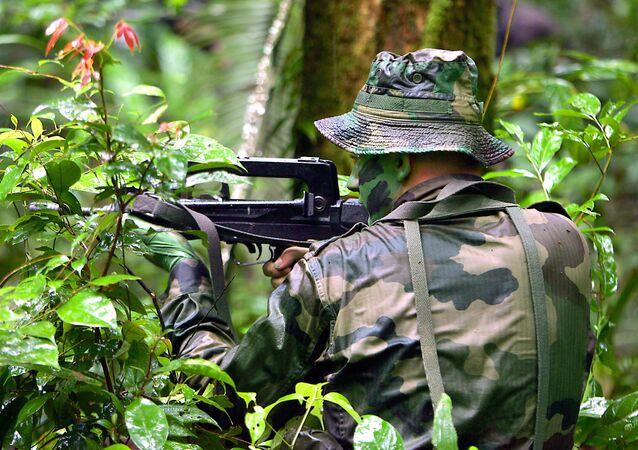 Un légionnaire du 3e REI (Régiment Etranger d'Infanterie) s'entraine au combat en jungle, le 15 avril 2005 au CEFE de Régina (Centre d'Entrainement en Forêt Equatoriale). AFP PHOTO PHILIPPE HUGUEN (Photo by PHILIPPE HUGUEN / AFP)