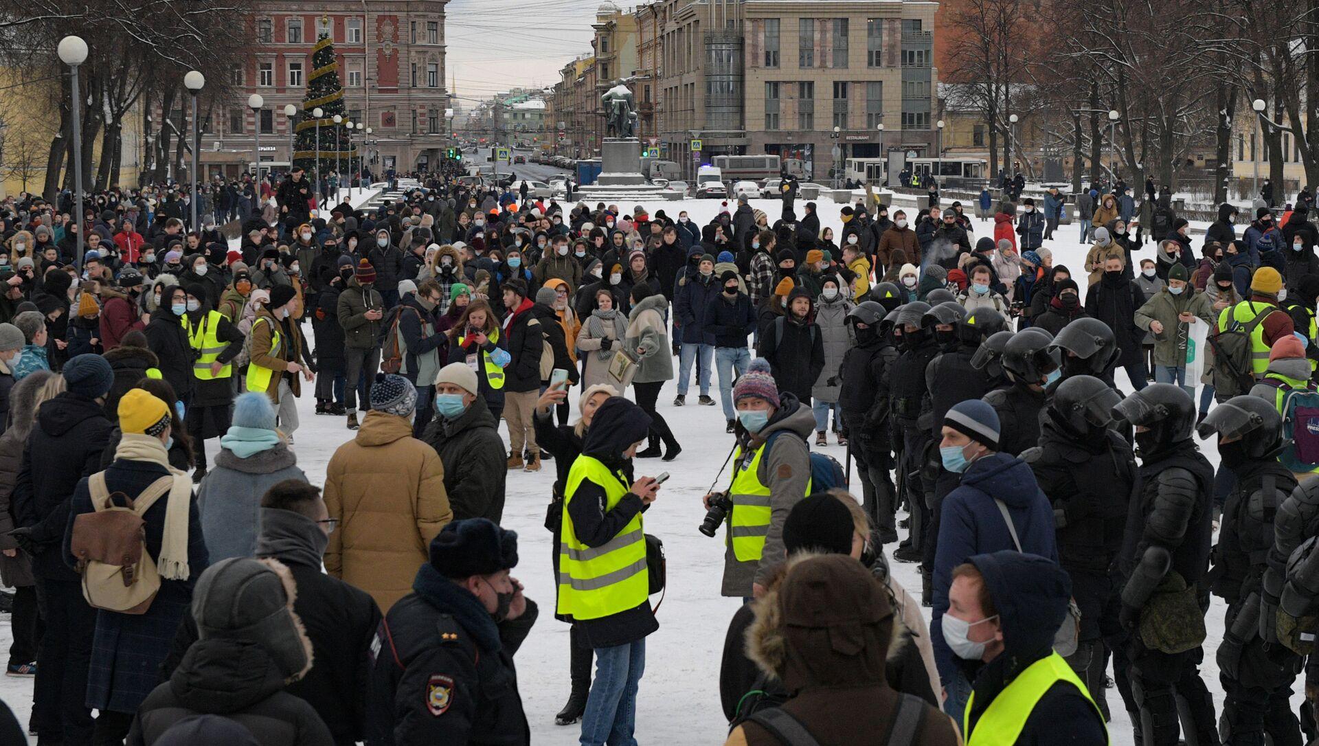 Manifestation non-autorisée en soutien à Navalny à Saint-Pétersbourg, le 31 janvier - Sputnik France, 1920, 01.02.2021